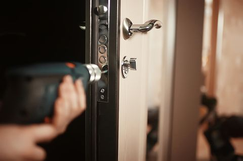 Türschloss wechseln: Türschloss wird mit Akkubohrer entfernt