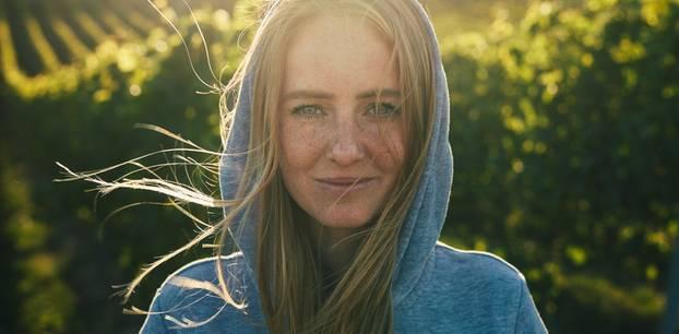 Juliane Eller: Frau mit Kapuze