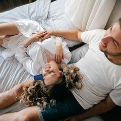 Reddit: Eine Frau liegt mit dem Kopf auf dem Schoß ihres Mannes auf dem Bett