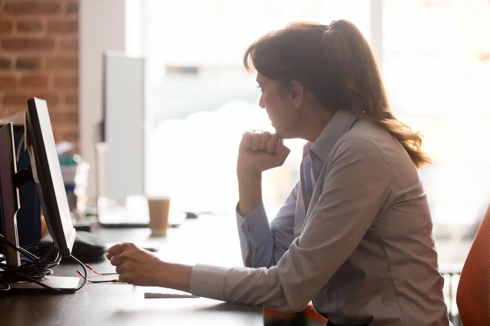 Cordula Nussbaum: Frau sitzt nachdenkend vor PC