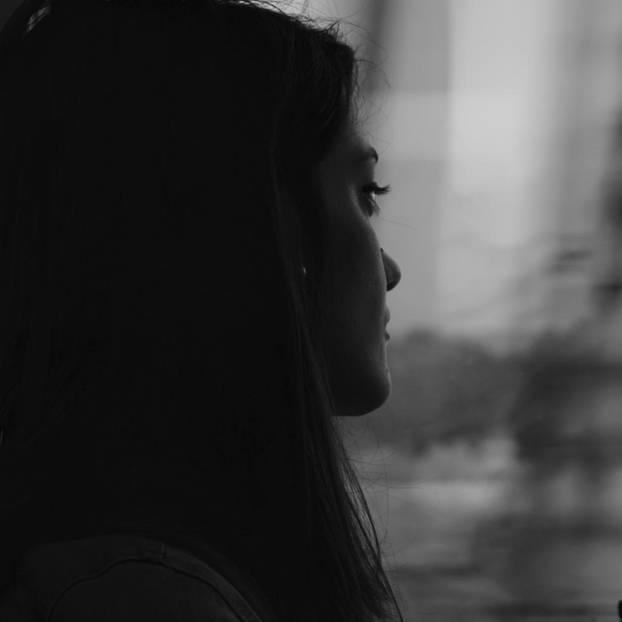 Mädchen schaut traurig in die Ferne