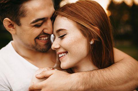 Verliebte Männer: Paar kuschelt