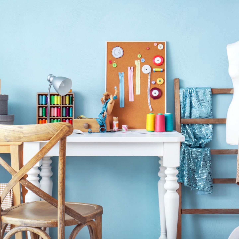 Nähzimmer einrichten: Stuhl, Tisch, Schneiderpuppe und Pinnwand