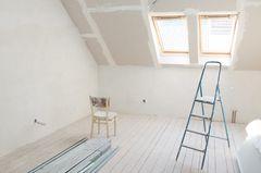 Dachboden ausbauen: Stuhl und Leiter im leeren Dachboden
