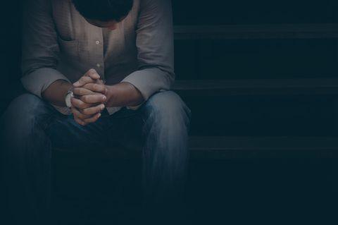 Leben mit Depression: Ein trauriger Mann mit hängendem Kopf