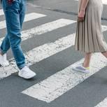 Falscher Gang stresst - so geht's richtig: Zwei gehende Personen