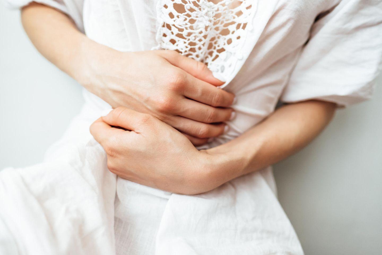 Reizdarmsyndrom: 5 Mythen im Check: Frau hält sich Bauch