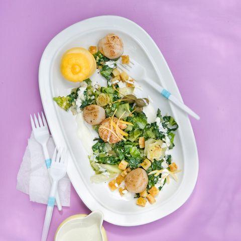 Jakobsmuscheln mit gebratenem Salat und Salzzitronen