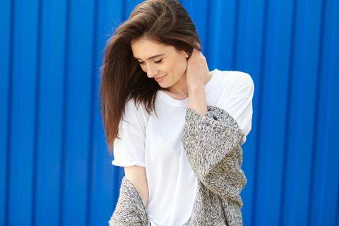Scheinbar peinliche Eigenschaften, die glücklich machen: Eine Frau senkt verschämt den Kopf