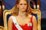 Skandalkleider der Royals: Prinzessin Madeleine sitzt auf einem Stuhl