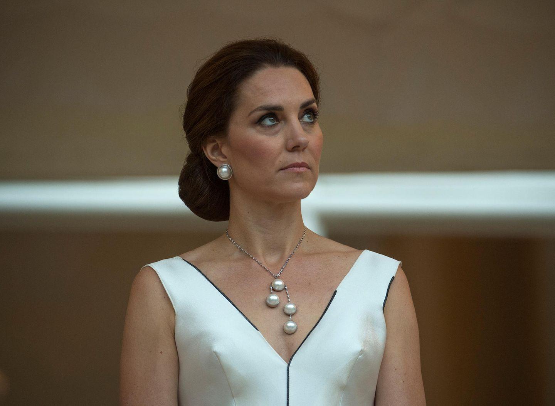Skandalkleider der Royals: Herzogin Kate in einem weissen Kleid