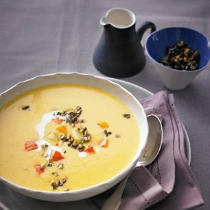 Kartoffel-Kürbis-Suppe mit Nuss-Sprinkle