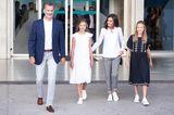 Wir lieben die spanische Modekette Mango – und Königin Letizia offenbar auch. Während mama Letizia auf eine karierte Chinohose uhnd weiße Bluse setzt, haben sich ihre schönen Töchter Leonor und Sofia Kleider in Schwarz und Weiß ausgesucht. Dazu kombinieren die drei royalen Ladys allesamt weiße Sneaker. Ein wirklich herrlich entspannter Look, der noch dazu super günstig ist – das macht die spanische Königsfamilie so sympathisch.