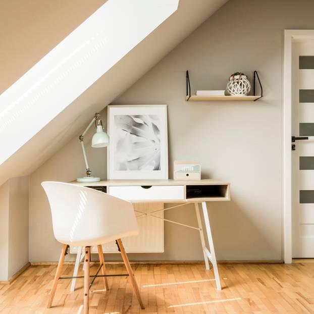 Schreibtsich mit Stuhl unter Dachschräge