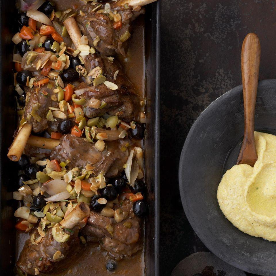 Geschmorte Lammhaxen mit Oliven-Mandel-Gremolata