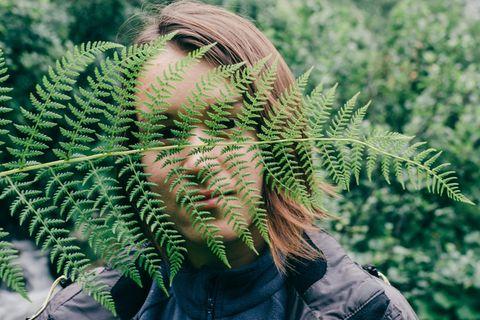 Begriffe zum Thema Nachhaltigkeit - das steckt dahinter: Frau hinter Fahn