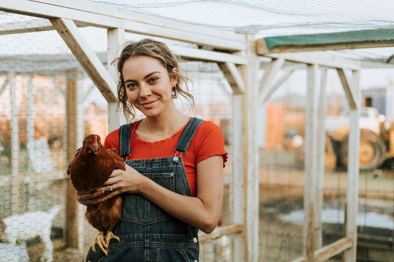 Globale Gerechtigkeit - wie unser Lebensstil dazu beiträgt: Frau mit Huhn in der Hand