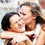 Beste Freundin: Zwei Freundinnen nehmen sich in den Arm