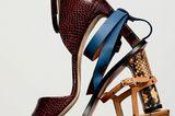 Accessoires-Klassiker: Ledersandalen übereinander gestapelt
