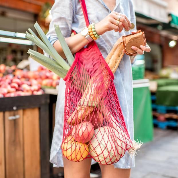Umweltprobleme durch Lebensmittel?: Frau mit vollem Gemüsenetz