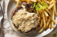 Pfeffersauce mit Steak und Pommes