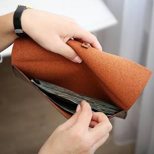Nachhaltige Entscheidungen treffen - 5 Ideen: Frau mit geöffnetem Geldbeutel