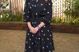Schuhe der Royals: Prinzessin Beatrice mit Kleid und Turnschuhen