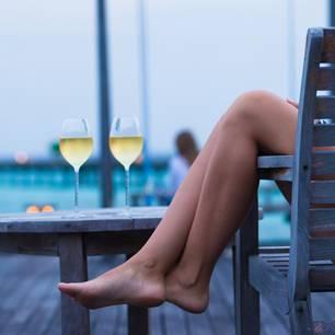 Dunning-Kruger-Effekt: Eine Frau chillt auf einem Stuhl