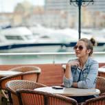 Eric Hegmann: Eine Frau wartet auf ihr Date