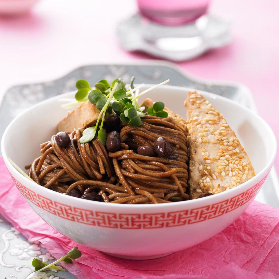 Soba-Nudeln mit Sesam-Tofu