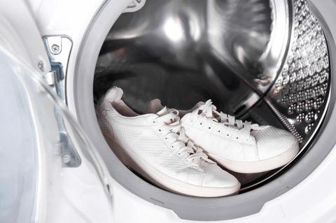 Turnschuhe waschen: weiße Schuhe in der Waschmaschine