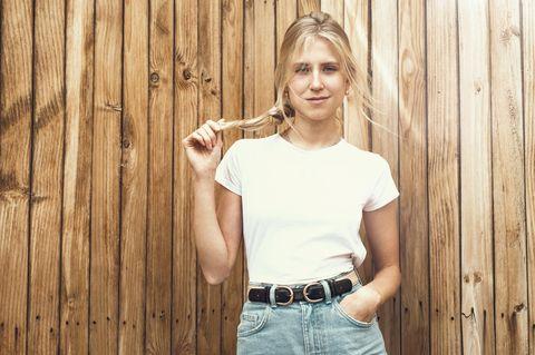 Reddit: Eine blonde Frau spielt mit ihrem langen Zopf