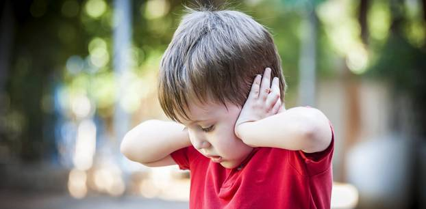 Mittelohrentzündung-Symptome: Kind hält sich die Ohren zu
