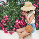 Lieblingslooks im August: Frau sitzt auf Mauer