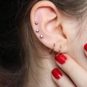 Ohrloch entzündet: Ohr mit mehreren Ohrsteckern