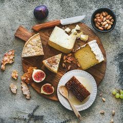 Salty Bar: Käse, Feigen und Honig auf einem Holzbrett