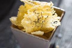 Käse-Chips in einer Schale