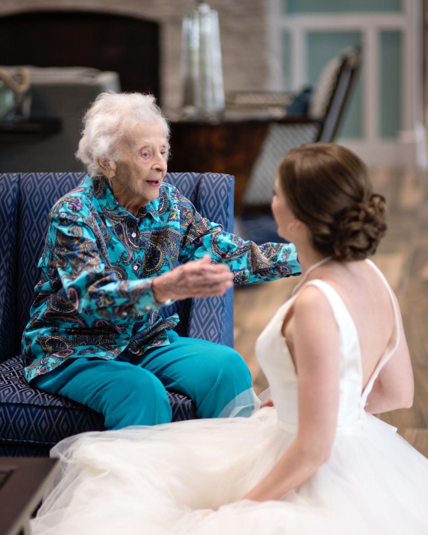 Letzter Wunsch: Braut besucht ihre Oma im Hochzeitskleid