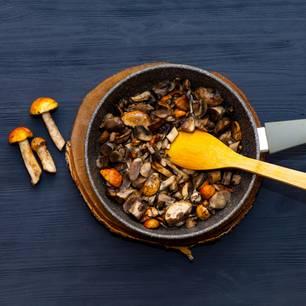 Pilze aufwärmen: Pilze in einer Pfanne