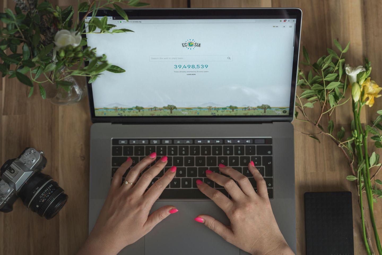 Umweltbewusst leben: Hände auf Laptop