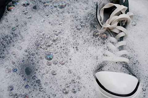 Schuhe waschen: Sneaker im Seifenwasser
