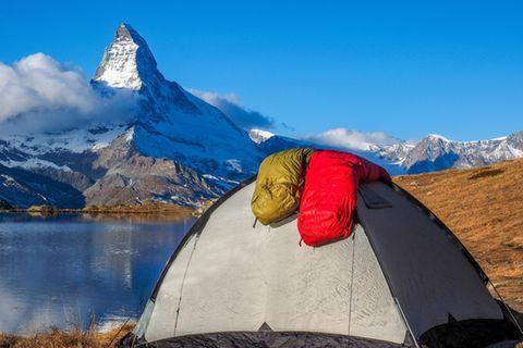 Schlafsack waschen: Kleines Zelt auf dem zwei Schlafsäcke liegen