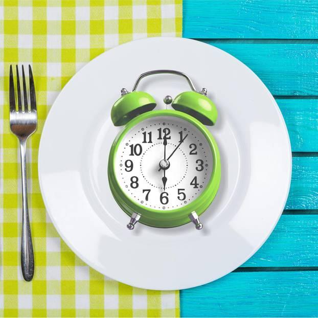 Alternierendes Fasten – Uhr auf einem Teller