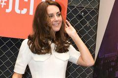 Kate in cremefarbenen Kleid