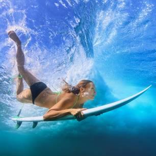 Wasser im Ohr: Frau taucht im Wasser