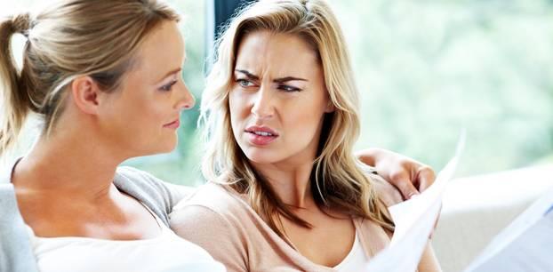 Versicherungen: zwei Frauen verwirrt mit Brief in Hand