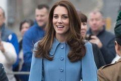 Kate in blauem Trench Coat
