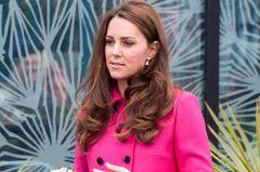 Kate in pinken Trenchcoat