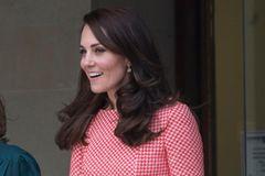 Kate in pink kariertem Zweiteiler