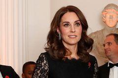 Kate in schwarzer Abendgarderobe